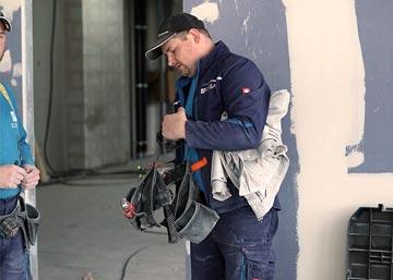 Innenausbau Experte auf einer Innenausbaubaustelle