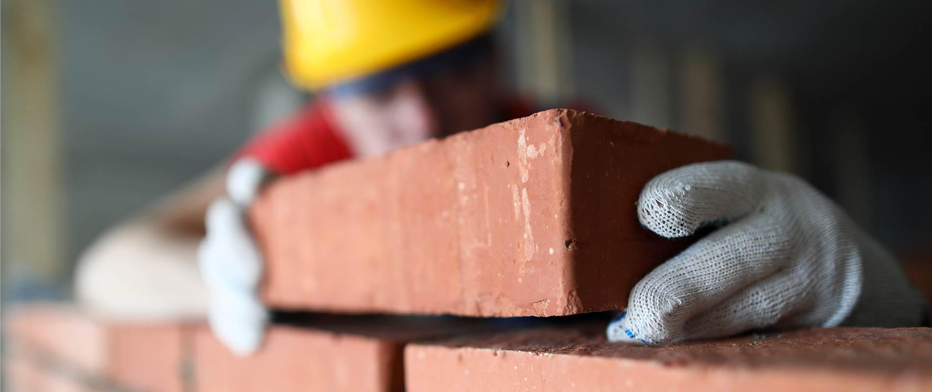Maurer mauert eine Mauer