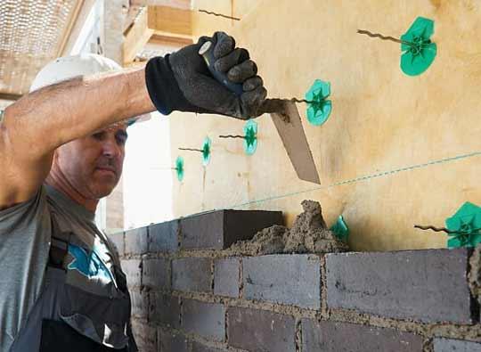 Maurermeister erbaut eine Mauer