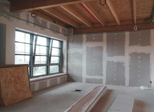 Baustelle mit modernen Trockenbauwand